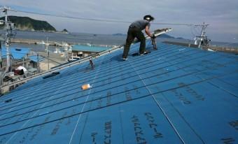K様店舗上段の屋根一面に改良アスファルトルーフィングが張られています。