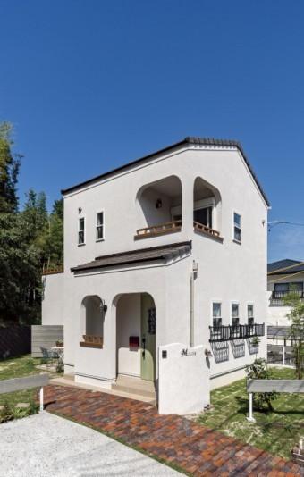 カフェをイメージした白い外壁の切妻屋根の家