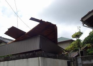 台風被害 屋根部落下 街のフェンス破損 屋根やさん四日市店 津市