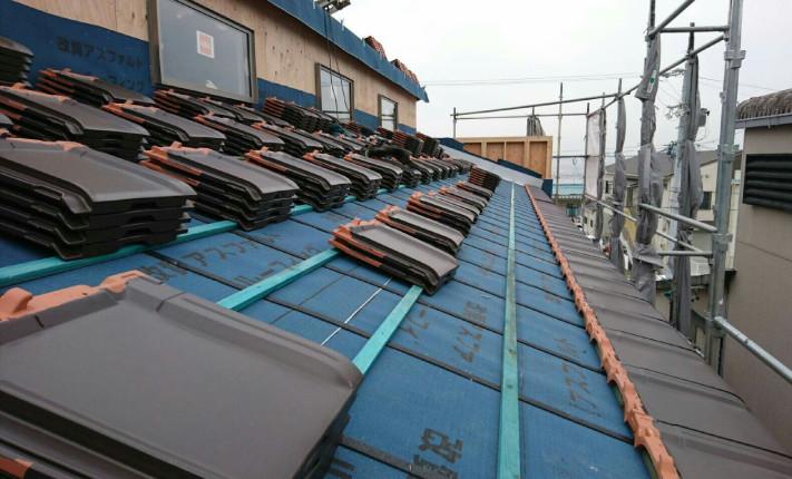 K様店舗下段の防水が終わった屋根に瓦を並べていきます。