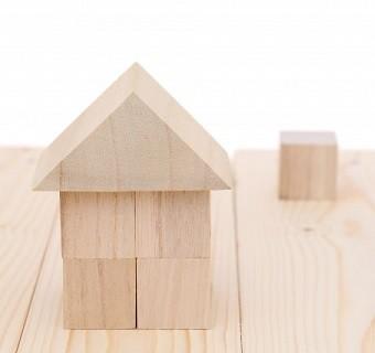 積み木で作った切妻屋根の家