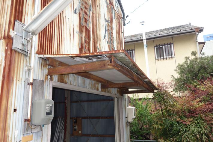 屋根・外壁と同様に庇もボロボロ。