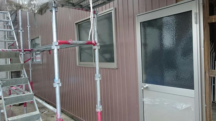 傷んでいた外壁を新しい角波板に更新。