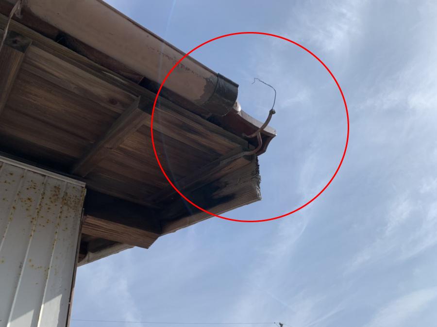 軒樋の一部が欠損してそこから雨水が垂れ落ちてくる状態