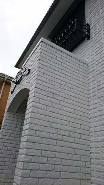 新設したポーチと既存を塗装した外壁の差。
