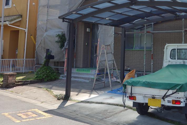 外壁の作業ではまず工事用足場を組む。