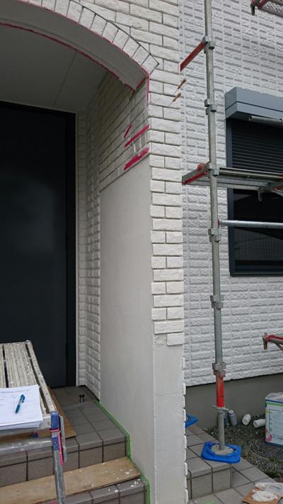 新設したポーチの壁にブリック調サイディングを張っていく。