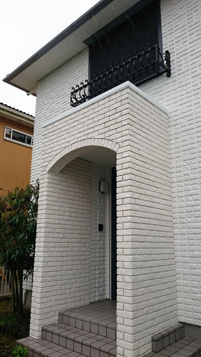 新設したポーチは住宅の壁面と少し色味が異なる。