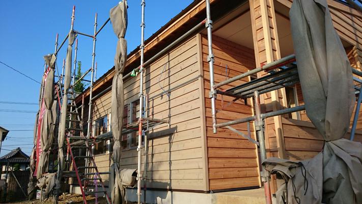 三重県松阪市で新築した店舗。白木の下見板張りの外観が美しい。