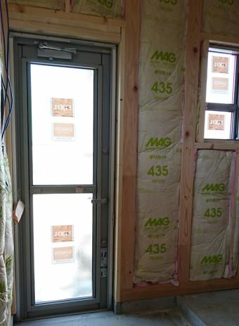 木造の建物では構造材の間に断熱材を充填する「充填断熱」が一般的。