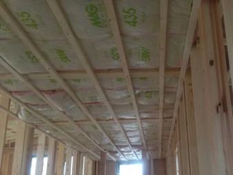 天井下地の上に施工された天井断熱。
