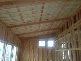 登り梁現しの屋根に充填断熱を施す。