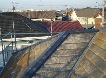 寄棟屋根の棟板金。