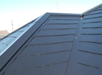 棟板金の交換に合わせて屋根塗装も行った寄棟屋根。