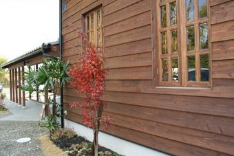 落ち着いたブラウンの木板を横張りした鎧張りの外壁。