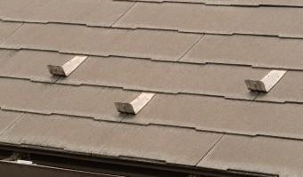 スレート屋根に千鳥配置で雪止め金具を設置した例。