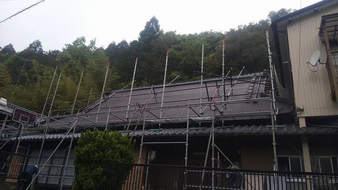 屋根足場の設置風景
