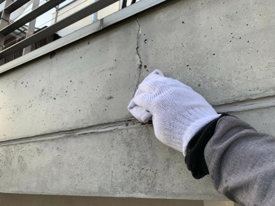 RC外壁のひび割れパテ埋め