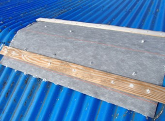 防水シートとコーキングで補修した屋根